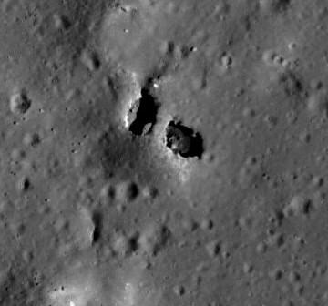 Łuk skalny wewnątrz krateru King / Credits - NASA, GSFC, ASU