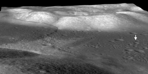 Jedna z charakterystych formacji geologicznych na powierzchni Księżyca; ta linia uskoku znajduje się w pobliżu miejsca lądowania misji Apollo 17 i jest jedynym tego rodzaju obiektem znajdującym się poza Ziemią, który był badany przez ludzi (NASA/Goddard/Arizona State University/Smithsonian)