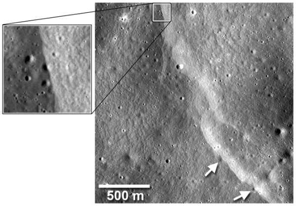 Jeden z klifów przechodzący przez niewielkie kratery uderzeniowe na powierchni Księżyca; przy średnicy około 40 metrów kratery te szybko ulegają erozji w wyniku uderzeń kolejnych ciał kosmicznych (NASA/Goddard/Arizona State University/Smithsonian)