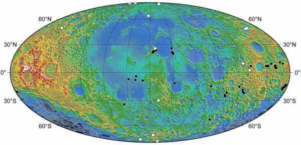 Mapa wystepowania charakterystycznych klifów na powierzchni Księżyca; kolorem czarnym zaznaczono skarpy znane wcześniej, kolorem biały odkryte dzieki zdjęciom z sondy LRO (NASA/Arizona State University/Smithsonian)