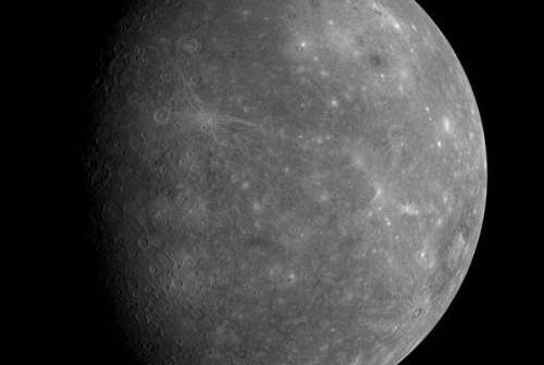 Zdjęcie niezbadanej wcześniej powierzchni Merkurego, uzyskane przez sondę kosmiczną MESSENGER w 2008 roku (NASA/JHUAPL)