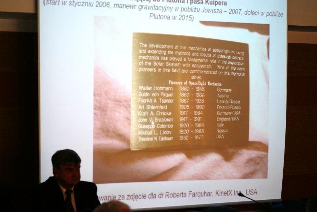 Tabliczka upamiętniająca teoretyków lotów kosmosu umieszczona na sondzie New Horizons / Credits: Robert Farquhar, Kinetix (c)
