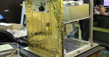 Izolacja SCOPE - styrodur oraz koc termiczny. Na głównym panelu dodatkowo widoczne trzy gniazda (do zewnętrznego zasilania, E-Linka, IMU i GPSa) oraz diody informujące o statusie wybranych elementów (SKA/SCOPE)