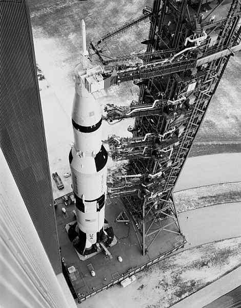 Widok z lotu ptaka na ramiona wieży LUT połączone z rakieta Saturn V (NASA/MSFC-9903402)