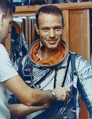 Scott Carpenter podczas treningu zakładania skafandra (NASA/S65-24624)