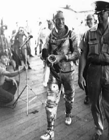 Carpenter na pokładzie USS Intrepid po podjęciu z wody (NASA/S62-04058)