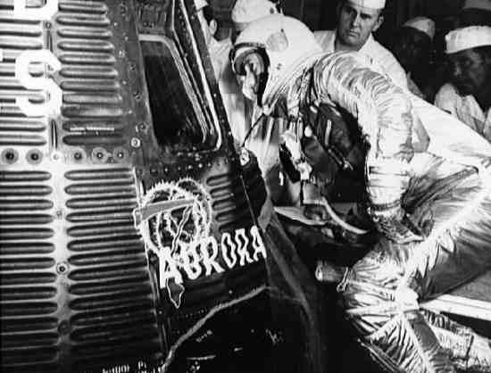 Astronauta Scott Carpenter zagląda do wnętrza swojej kapsuły Mercury (NASA/S62-03907)