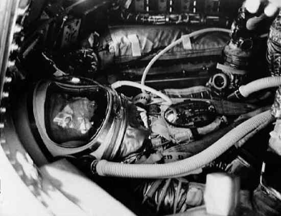 Scott Carpenter przed zamknięciem włazu kapsuły Aurora 7 (NASA/S62-04047)