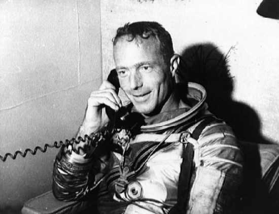 Scott Carpenter rozmawia z Prezydentem Johnem F. Kennedy na pokładzie USS Intrepid (NASA/S62-04057)