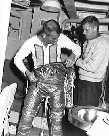 Deke Slayton ubiera się w swój skafander Navy Mk IV przed testami z kapsułą Mercury (NASA/S61-03929)