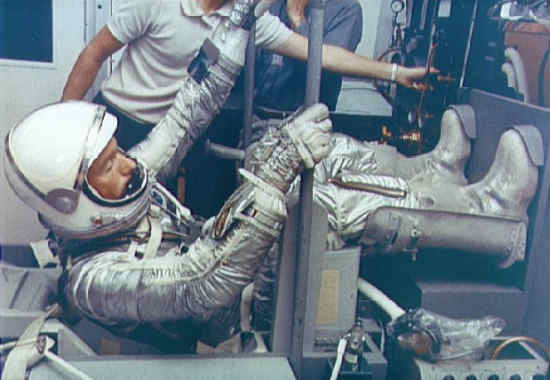 Scott Carpenter siedzi w makiecie swojego fotela kapsuły Mercury w trakcie ćwiczeń (NASA/S65-24623)