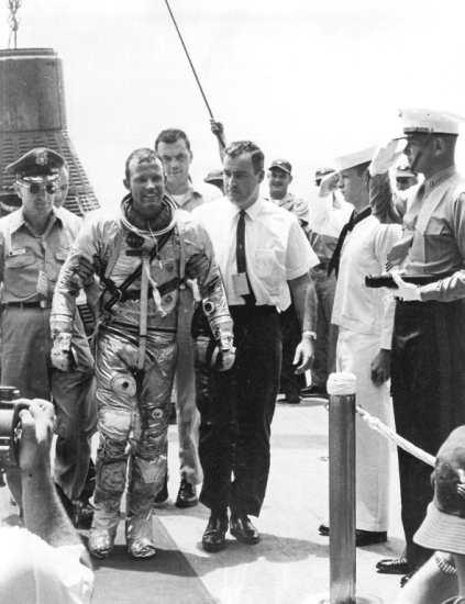 Gordon Cooper na pokładzie USS Kearsarge po zakończeniu misji MA-9 (NASA/MSFC-6413217)
