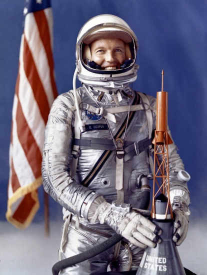 Gordon Cooper w swoim skafandrze Navy Mark IV (NASA/MSFC-8772556)