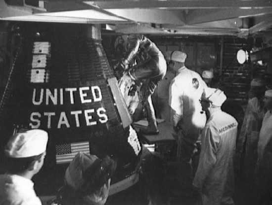 Cooper zajmuje miejsce w kapsule 'Faith 7' (NASA/S63-06259)
