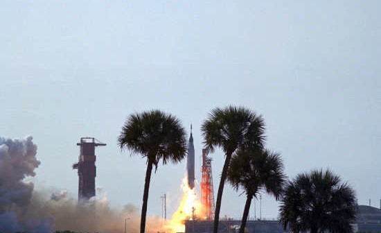Rakieta Atlas odrywa się od wyrzutni startowej, wynosząc pojazd 'Faith 7' (NASA/63PC-0036)