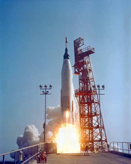 Kapsuła 'Faith 7' rozpoczyna misję Mercury-Atlas 9 (NASA/63C-1414)