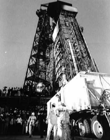 Gordon 'Gordo' Cooper udaje się na wyrzutnię (NASA/63-MA9-132)