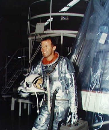 Astronauta Gordon Cooper przy swojej kapsule 'Faith 7' przed lotem MA-9 (NASA/S63-01922)