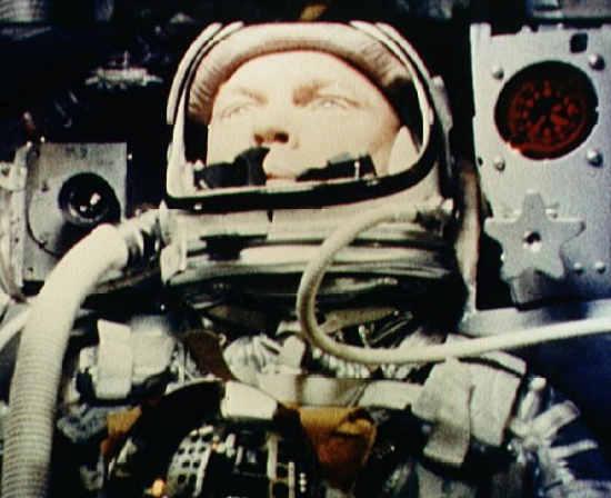 John Glenn podczas lotu w kapsule Friendship 7 (NASA/S62-00303)