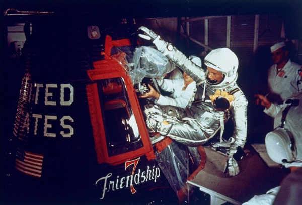 Astronauta zajmuje miejsce w swojej kapsule Merkury na szczycie rakiety Atlas (NASA/87PC-0069)