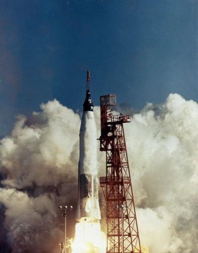 Zmodyfikowany pocisk balistyczny Atlas z kapsułą Freedom 7 odrywa się od ziemi (NASA/MSFC-75-SA-4105-2C)