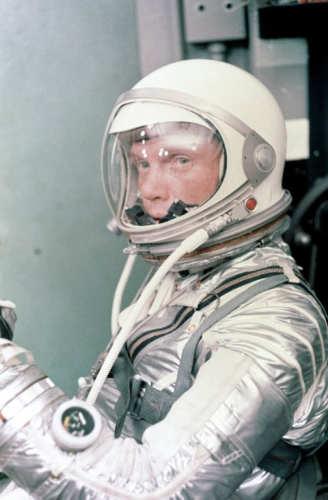 John Glenn przygotowuje sie do lotu na orbitę okołoziemską (NASA/S64-36910)