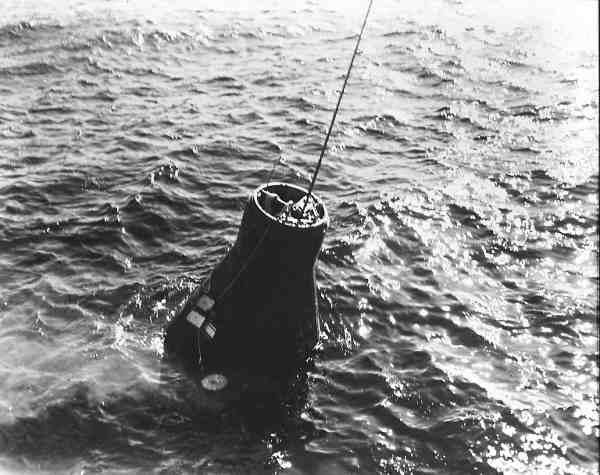 Kapsuła Friednship 7 po wodowaniu na Atlantyku; zaczepiony kabel prowadzi do śmigłowca (NASA/223642)
