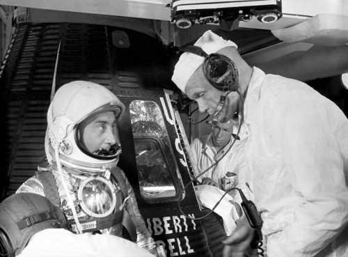 Virgil Grissom konsultuje się przed lotem z Johnem Glennem (NASA/MSFC-75-SA-4105-2C)