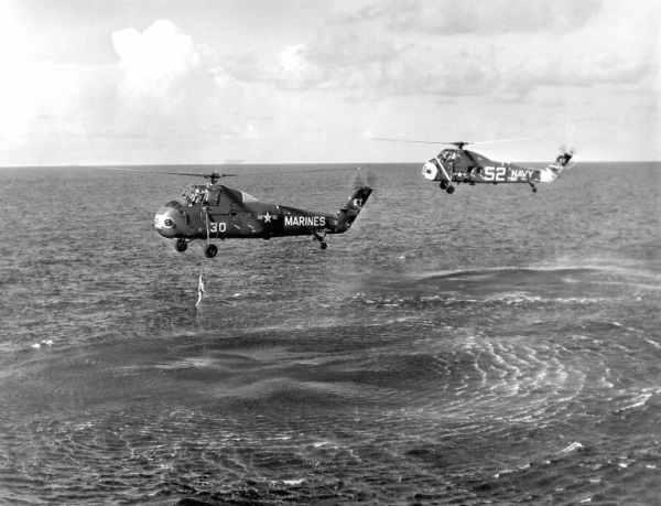 Virgil Grissom podejmowany z wody przez śmigłowiec marynarki wojennej (NASA/MSFC-75-SA-4105-2C)