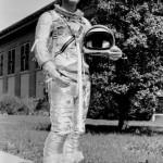 Virgil I. 'Gus' Grissom w swoim kombinezonie Navy Mk IV (NASA/MSFC-75-SA-4105-2C)