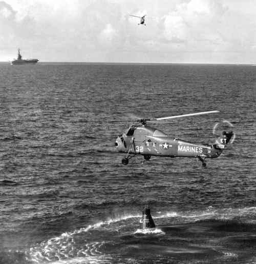 Próba podjęcia z wody kapsuły Liberty Bell 7 przez śmigłowiec marynarki (NASA/MSFC-75-SA-4105-2C)