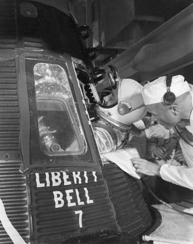 Gus Grissom zajmuje miejsce w kapsule Liberty Bell 7; asystuje mu John Glenn (NASA/MSFC-75-SA-4105-2C)