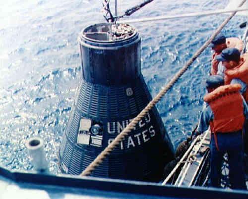 Odzyskiwanie bezzałogowej kapsuły Mercury MA-4 (NASA/S61-03255)