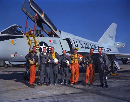 Pierwszych siedmiu astronautów amerykańskiego programu załogowego pozuje do wspólnego zdjęcia przy samolocie Convair 106-B; od lewej: M. Scott Carpenter, L. Gordon Cooper Jr., John H. Glenn Jr., Virgil I. Grissom, Walter M. Schirra Jr., Alan B. Shepard Jr., oraz Donald K. Slayton (NASA/S61-01250)