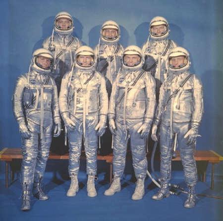 Astronauci programu Merkury w swoich skafandrach ciśnieniowych Navy Mk IV; W przednim rzędzie od lewej: Walter M. Schirra Jr., Donald K. Slayton, John H. Glenn Jr., oraz M. Scott Carpenter. Tylny rząd od lewej: Alan B. Shepard Jr., Virgil I. Grissom oraz L. Gordon Cooper Jr (NASA/S62-8774)