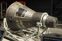 Kapsuła Mercury przeznaczona dla misji MA-10, nosząca nazwe Freedom 7-II; logo widoczne u góry kapsuły, ponad włazem (NASA/NASM)