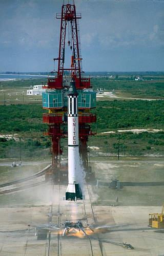 Mercury Redstone 3 z kapsułą Freedom 7 opuszcza wyrzutnię LC-5 na Przylądku Canaveral (NASA/MSFC-75-SA-4105-2C)