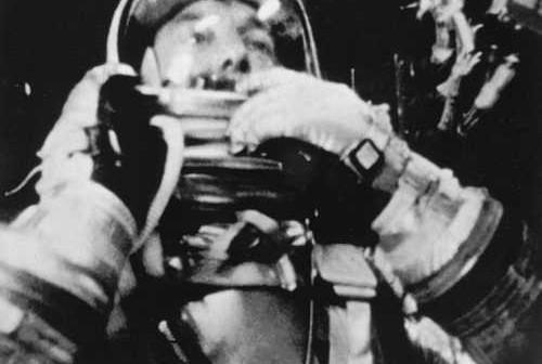 Alan Shepard podczas lotu suborbitalnego w kapsule Freedom 7 (NASA/71P-0263)