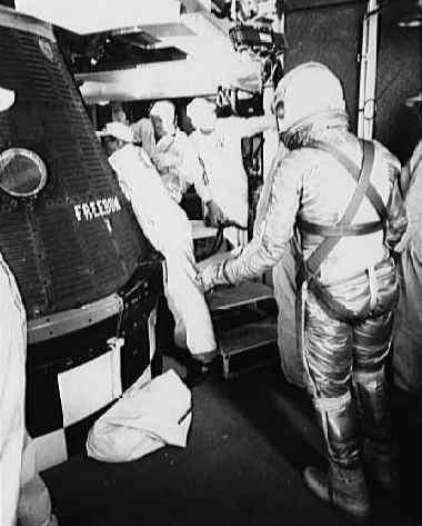 Astronauta wraz z technikami przed wejściem do kapsuły Freedom 7 (NASA/S61-02792)