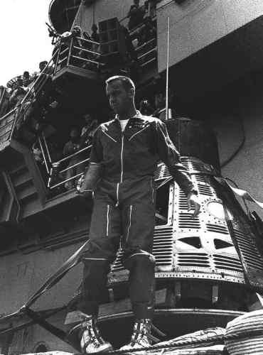 Shepard na pokładzie lotniskowca USS Lake Champlain krótko po zakończeniu misji (NASA/MSFC-75-SA-4105-2C)