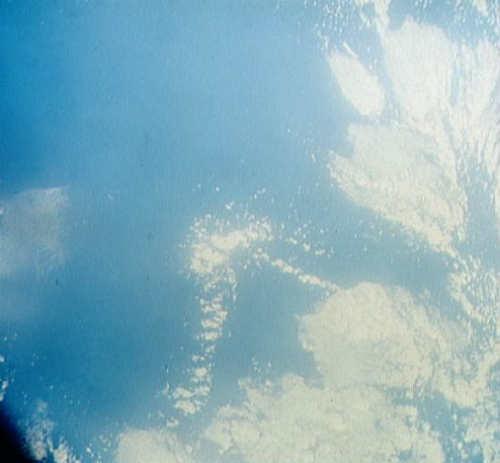 Formacje chmur nad zachodnią częścią Atlanyku sfotografowane w trakcie czwartej orbity MA-8 (NASA/S62-06606)