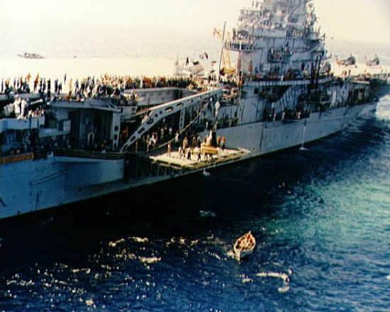 Kapsuła 'Sigma 7' wciągana na pokład USS Kearsarge (NASA/S62-09050)