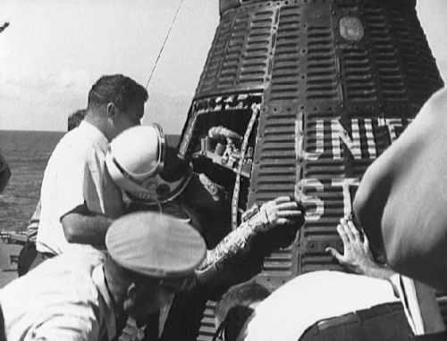 Wally Schirra opuszcza swój pojazd kosmiczny na pokładzie lotniskowca USS Kearsarge (NASA/S62-06108)