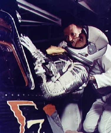 Wally Schirra zajmuje miejsce w kapsule 'Sigma 7'; pomaga mu Gordon Cooper (NASA/S62-06002)