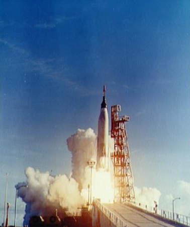 Rakieta Atlas opuszcza wyrzutnię; na szczycie widoczna kapsuła 'Sigma 7' (NASA/S62-07872)
