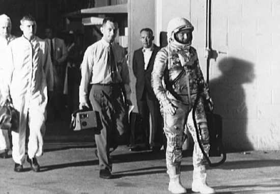Astronauta udaje się na wyrzutnię startową (NASA/S63-00695)