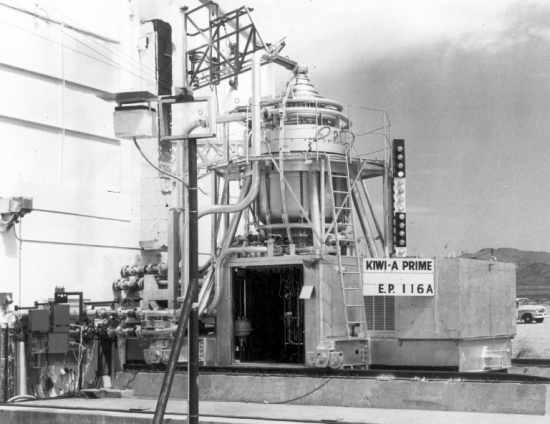 Eksperymentalny reaktor nuklearny Kiwi-A, testujący założenia nuklearnego napędu rakietowego (NASA/cc-214)