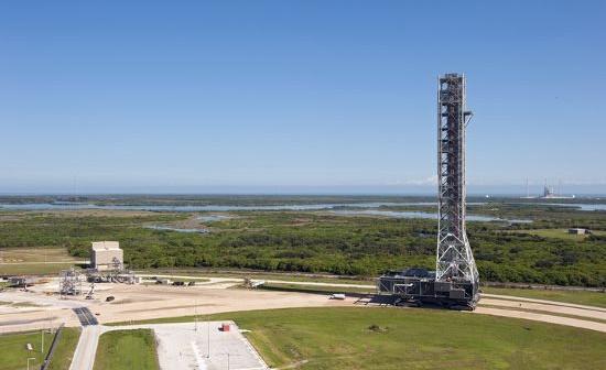 Platforma ML podczas testów. W oddali stanowisko startowe 39B (NASA)