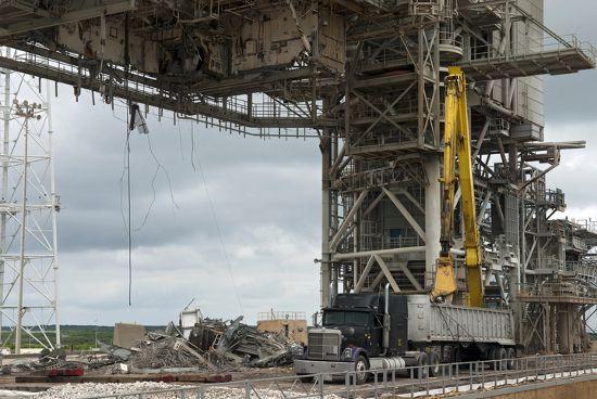 Prace rozbiórkowe przy stanowisku LC-39B (NASA)