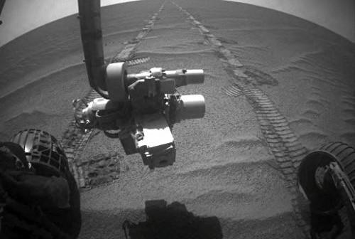 Ujęcie z przedniej kamery hazcam wykonane podczas dnia marsjańskiego Sol-2405. Na zdjęciu wyraźnie widoczny jest niemal płaski teren łudząco podobny do tego jaki występuje w okolicach krateru Victoria (NASA)